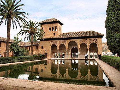 Apartamentos junto a la alhambra de granada historia y for Jardines nazaries