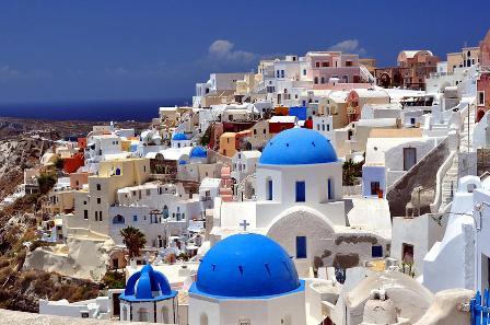 una de las islas ms bellas y tursticas de grecia es mykonos sus tpicas casas blancas a orillas del mediterrneo ofrecen una estampa nica para los