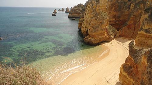 otras playas destacables aqu son la playa de los tres hermanos con sus aguas sper verdes y su arena finsima la praia da rocha yendo hacia el sur de
